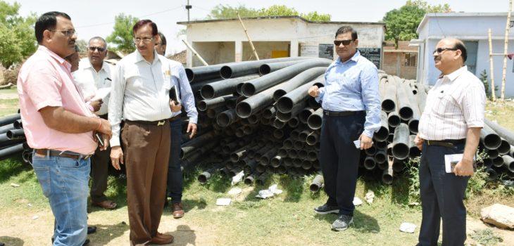 कमिश्नर ने किया रायपुर कर्चुलियान एवं गंगेव विकासखंड में  निर्माणाधीन नल-जल योजनाओं का निरीक्षण
