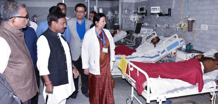 पंचायत एवं ग्रामीण विकास मंत्री ने बस दुर्घटना में घायल लोगों से मुलाकात की चिकित्सकों को दिये बेहतर उपचार के निर्देश